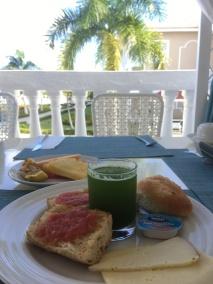 Lycklig av att finna grön drink i frukostbuffén